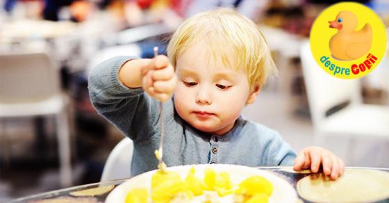 Cu copilul la restaurant: 10 sfaturi strategice