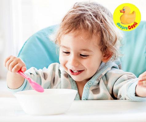 Cand incep copiii mici sa manance singuri?