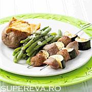 Frigarui din carne cu salata de pastai
