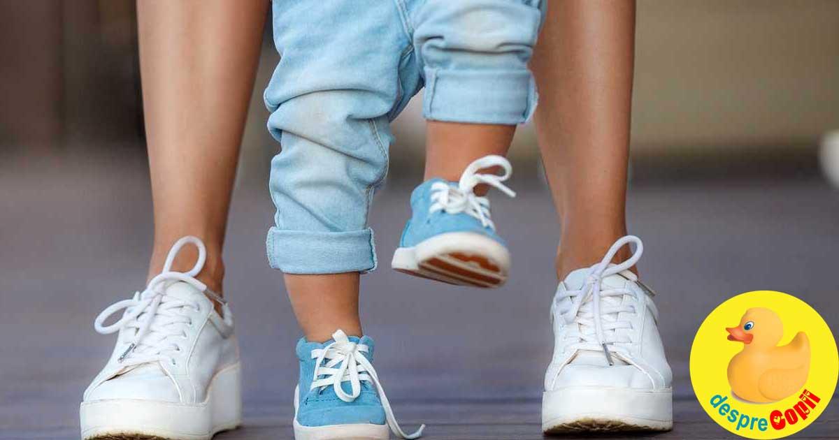 Invatam sa mergem: 5 activitati de ajutor pentru a-ti ajuta bebelusul sa mearga mai usor