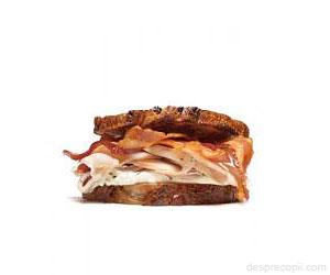 Sandwich cu bacon si branza topita
