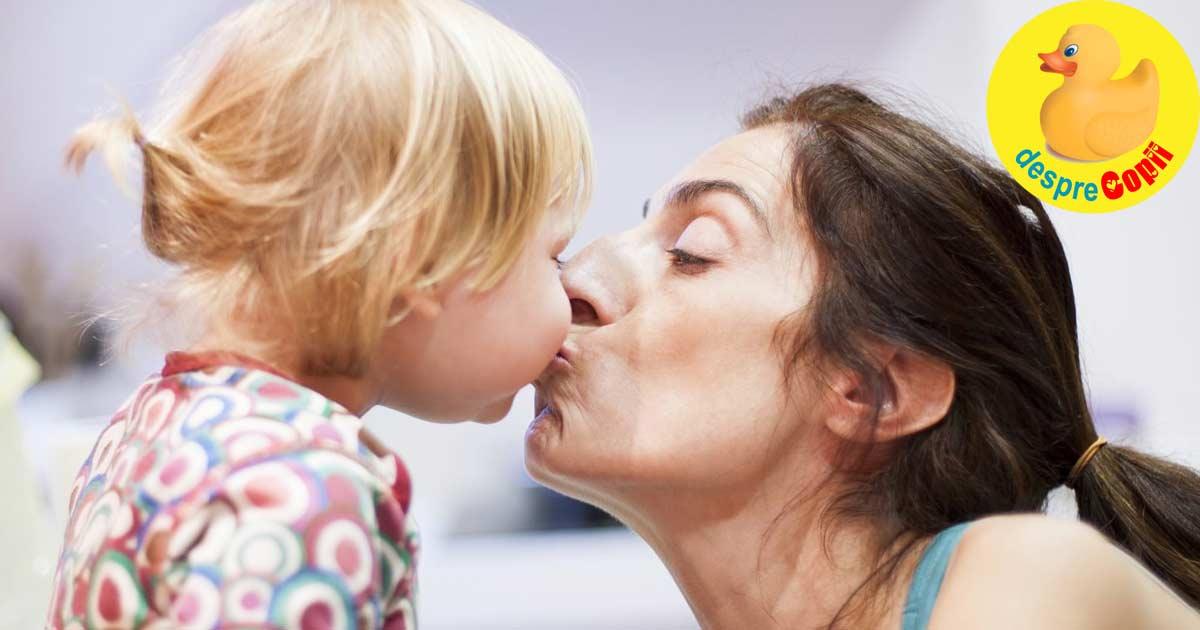 Sarutarile mamei pot provoca carii copilului