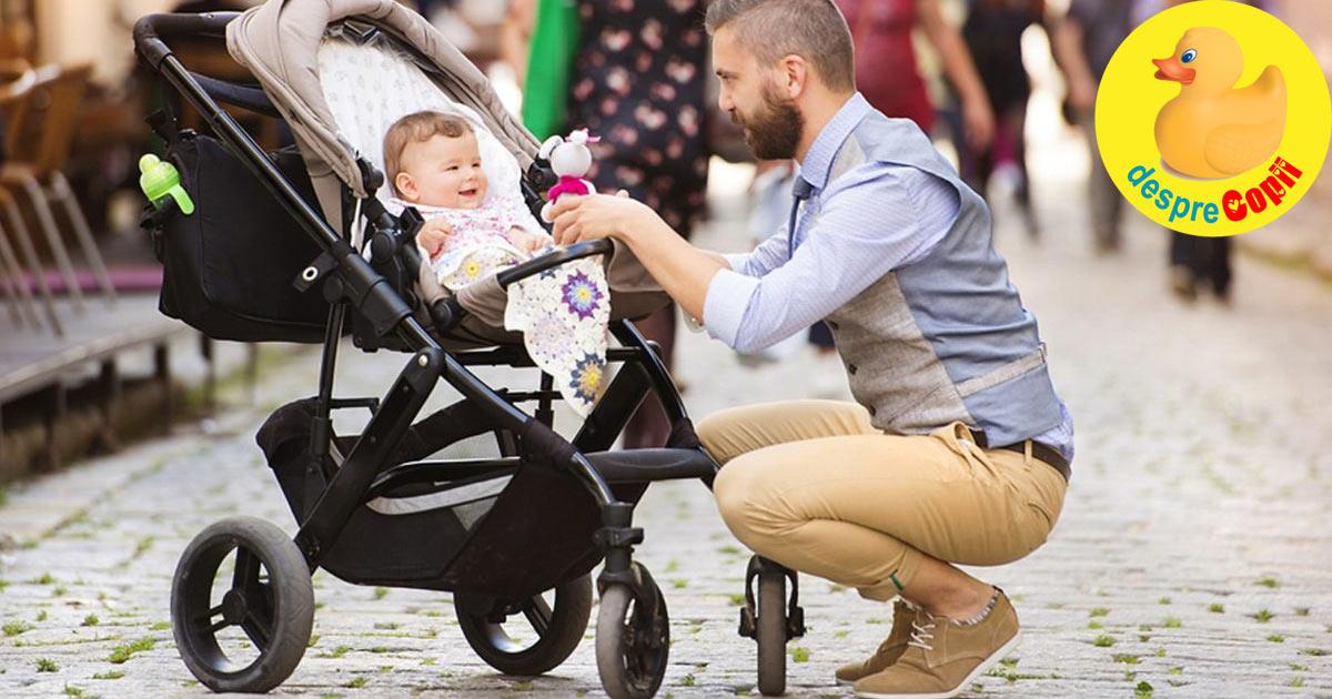Taticul care impinge caruciorul in parc: cateva sfaturi speciale pentru cuplurile insarcinate