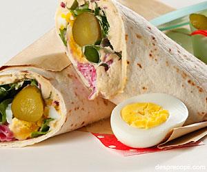 Sandwich cu hummus si varza rosie