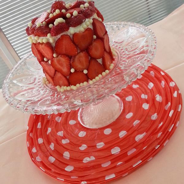 Tort-decorat-cu-capsuni-.jpg