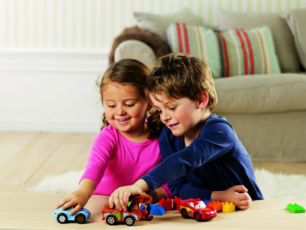 copiii se joaca impreuna cu prietenii lor