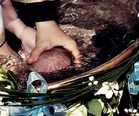 Un bebelus a facut stop cardio la botez - o stire care redeschide intrebarile despre tratamentul bebelusului in timpul ritualului bisericesc