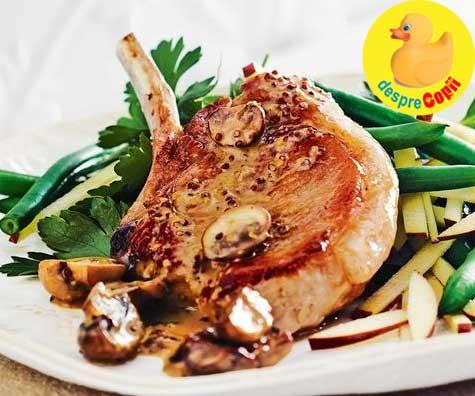 Cotlete de porc cu sirop de artar, mustar si salata de mere