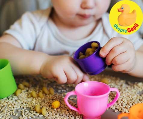 Joaca si explorarile senzoriale pentru copii mici - idei de pus in practica