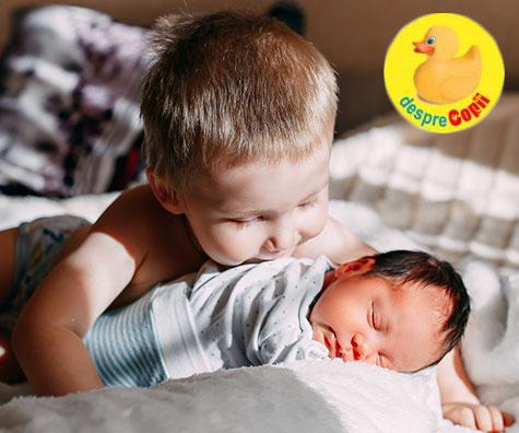 8 modalitati de a ajuta un copil sa se adapteze noului bebelus fratior din casa