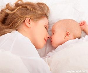Bebelusul ar trebui sa doarma cu mama pana la 3 ani!