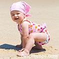 Primul contact cu nisipul plajei al bebelusului