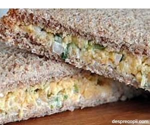Sandwich cu arpagic si branza topita