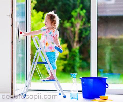 Primele responsabilitati ale copilului: de ce e important sa ne implicam copilul in treburile casnice