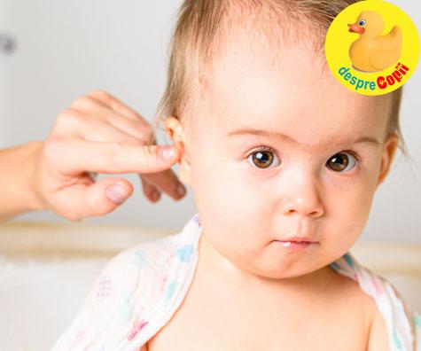 Asa curatam urechile bebelusului
